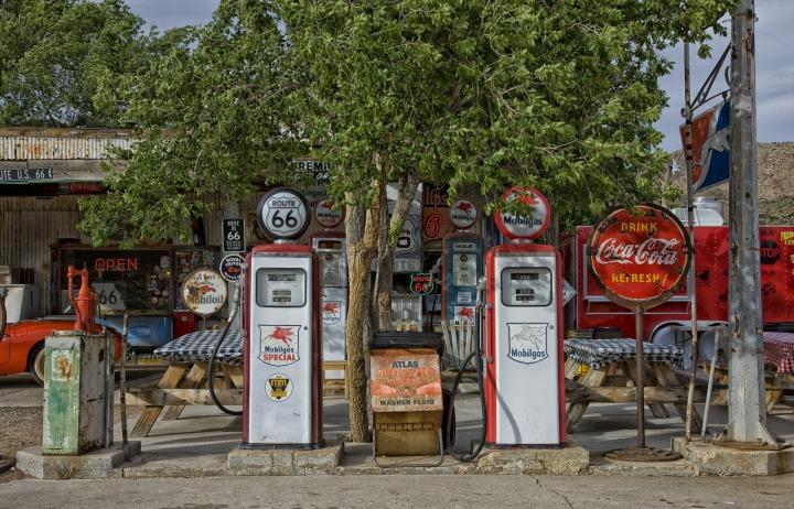 vintage-gas-station-392743_1920